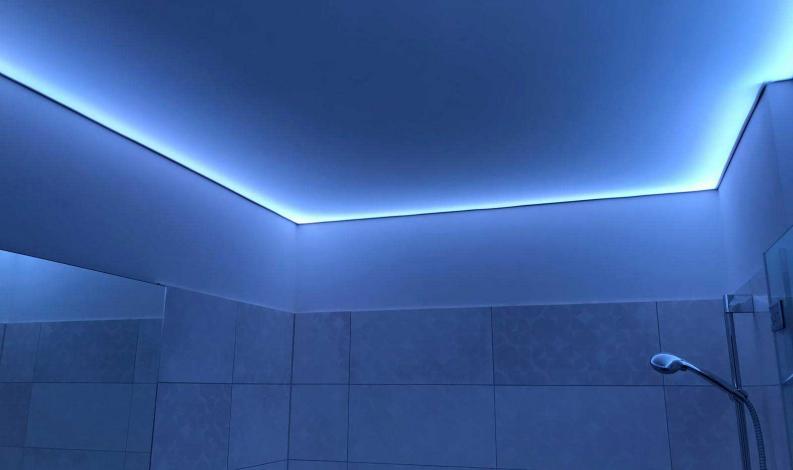 Badezimmer mit LED-Lichtdecke